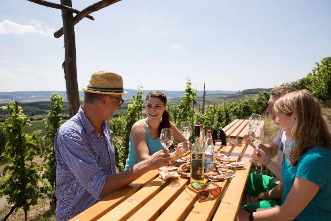 Foto: Einkehr mit Wein und Aussicht beim Weinausschank im Zweifelberg